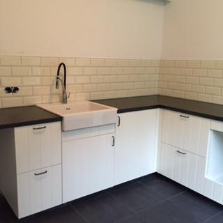 Nieuwe keuken geplaatst in bijkeuken